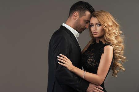 moda: retrato de una joven pareja de moda mirando a la cámara
