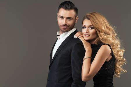 modelos hombres: retrato de una joven pareja de moda mirando a la cámara