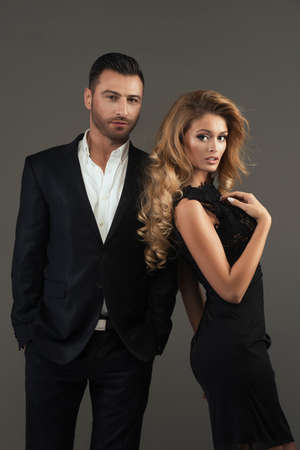 Porträt einer jungen Mode Paar schaut in die Kamera Standard-Bild - 42756508
