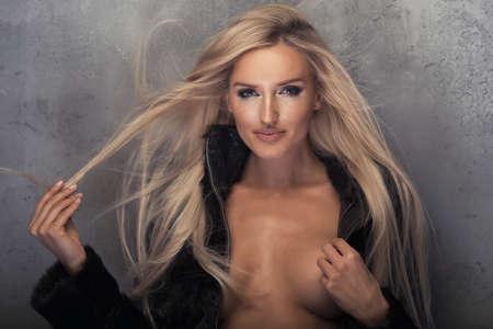 manteau de fourrure: Beauté femme blonde en fourrure noire Banque d'images
