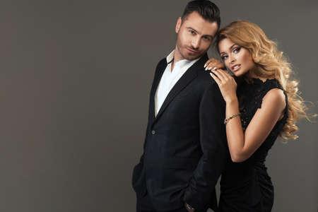 Porträt einer jungen Mode Paar schaut in die Kamera Standard-Bild - 43135137