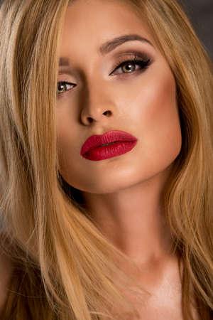red lips: Retrato de sensual delicada mujer rubia con labios rojos