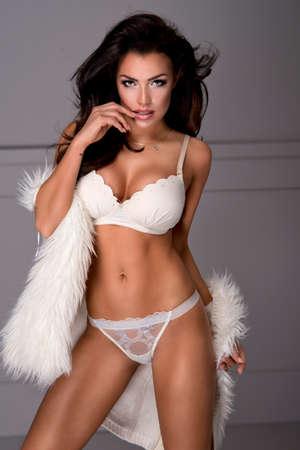 donna sexy: Sexy brunette lingerie donna indossare e pelliccia