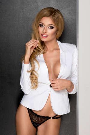 mujer rubia desnuda: Mujer rubia sensual con un cuerpo perfecto posando en estudio, mirando a la cámara Foto de archivo