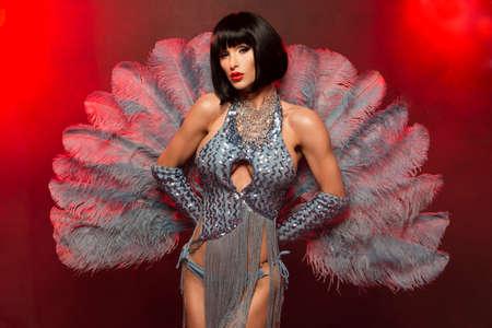 Modische Frau mit Kunst-Antlitz - burlesque Standard-Bild - 45425348
