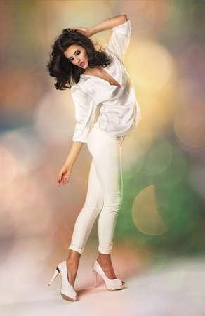 白い服の若い美しい白人ブルネット