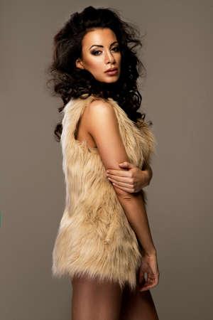 femme brune sexy: Sexy femme brune avec l'usure des lèvres rouges fourrure