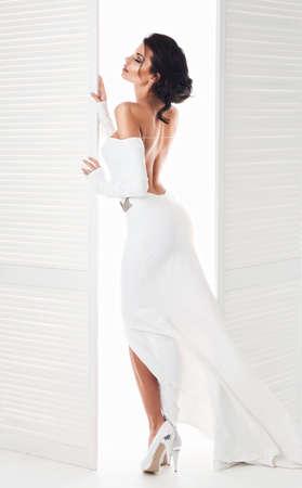 femme romantique: Belle femme dans la robe blanche à côté