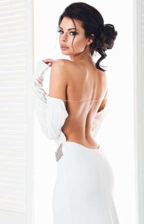 femme brune sexy: Belle femme dans la robe blanche à côté