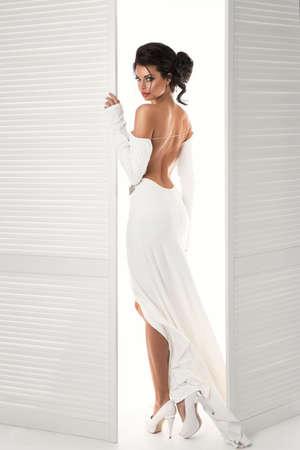 Bella donna in abito bianco della porta accanto Archivio Fotografico - 45138096