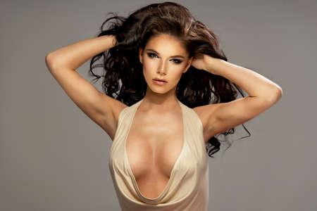mujeres eroticas: Retrato de la hermosa mujer morena sensual con el pelo largo y rizado. Photo Belleza.