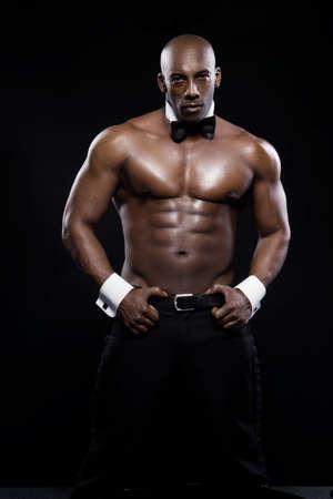 nudo maschile: Ritratto di un africano americano atletico uomo in topless. Elegante