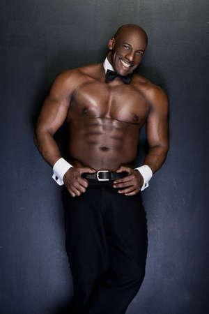seins nus: Portrait d'un homme afro-am�ricain torse nu athl�tique. El�gant Banque d'images