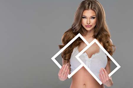 nudo integrale: Giovane e bella donna sexy che tiene abiti nude a bordo bianco