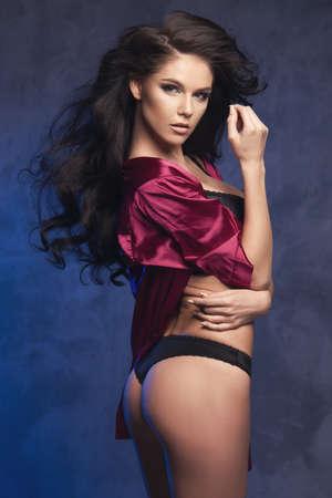 mujer sexy desnuda: Sensual mujer hermosa morena posando en ropa interior sexy, mirando a la cámara.