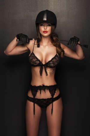 femme noire nue: Corps de femme sexy avec fouet et casque comme jockey