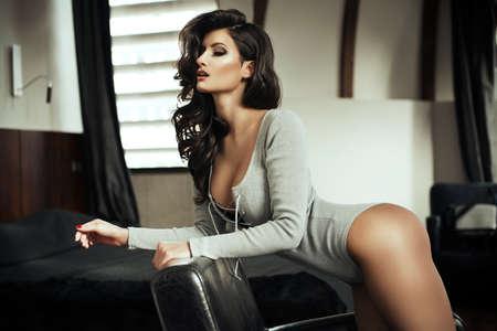 girls naked: Модные чувственный красивая женщина позирует в элегантном светлом зале, носить сексуальное белье