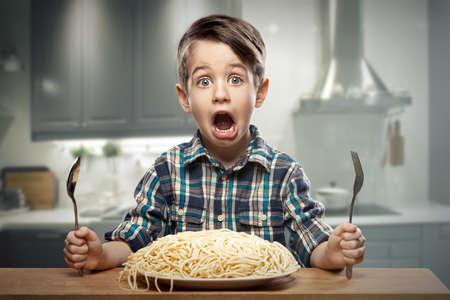italienisches essen: Erschrocken yound Junge mit Nudeln