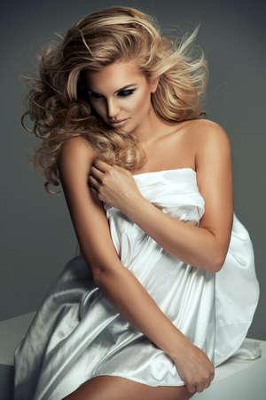 femme nue jeune: Femme nue sexy en tissu blanc Banque d'images