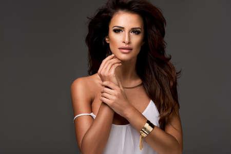 mujeres elegantes: Foto de la mujer hermosa sensual mirando a la cámara, posando en top blanco.