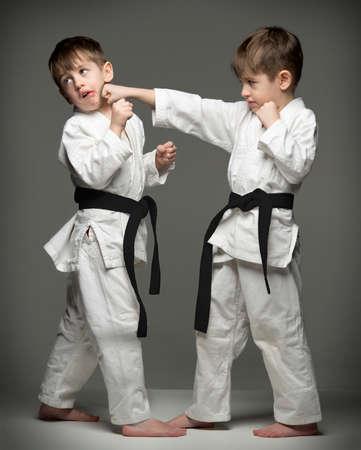 judo: Ni�os peque�os en uniforme practicando judo. La misma persona dos veces