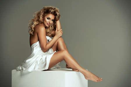 mujer desnuda sentada: Sexy mujer desnuda en tela blanca