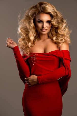 Nette Frau im herrlichen Kleid Standard-Bild - 45152789