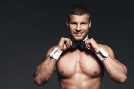 seins nus: Portrait d'un homme torse nu athlétique. Élégant Banque d'images