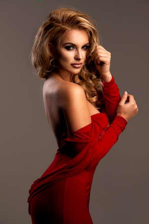 ゴージャスなドレスを着たかわいい女性