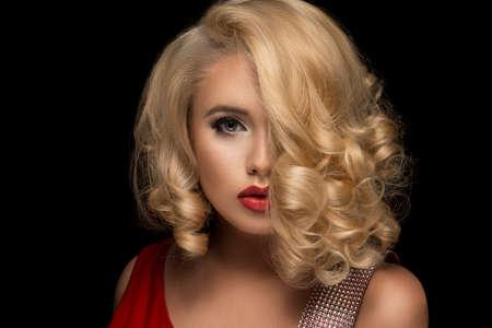 Sensuele mooie blonde vrouw stellen. Meisje met lang krullend haar. Stockfoto