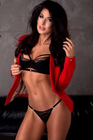 sensuales: Foto de la sensual mujer hermosa elegante que mira la cámara