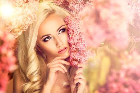 ライラック色の花と美容ファッション モデルの女の子
