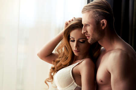 seks: Jong koppel in de kamer Stockfoto