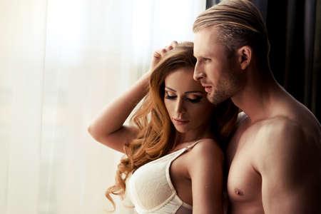 sex: Joven pareja en la habitación Foto de archivo
