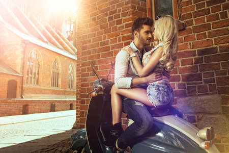 Gelukkig vrij vrijheid paar rijden scooter op de zomer datum Stockfoto