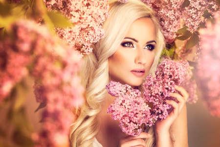 spring: Chica modelo de manera de la belleza con flores lilas Foto de archivo
