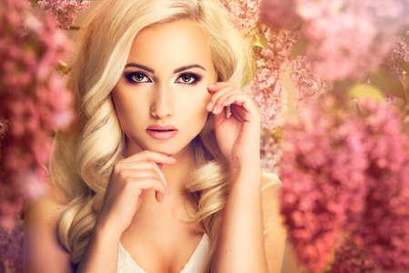 流行: ライラック色の花と美容ファッション モデルの女の子