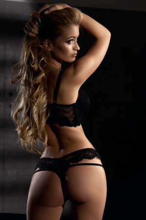 Junge sexy Frau in schwarzen Dessous Standard-Bild - 47749176