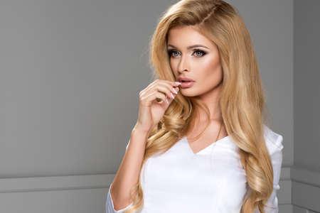 白いドレスを着ている金髪の美しさ 写真素材