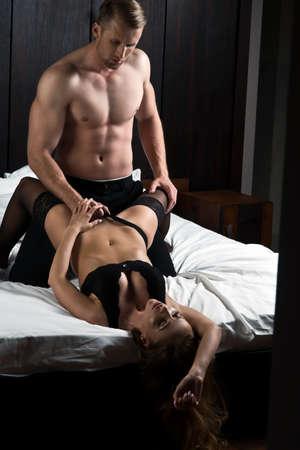 Страстные пары в постели Фото со стока