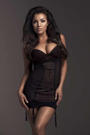 fille nue sexy: Brunette femme sexy posant en lingerie nue, regardant la caméra. Banque d'images