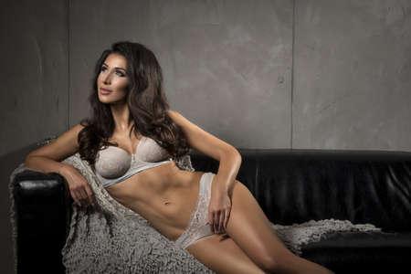 mujer rubia desnuda: Mujer morena sexy posando en ropa interior gris.