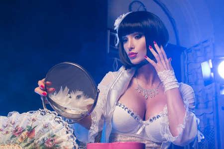 Mujer de moda con rostro del arte - burlesque Foto de archivo - 47186385