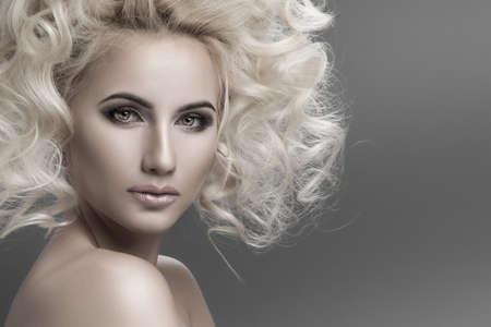 cabello rubio: Retrato de una mujer con el pelo rubio