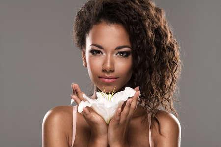 femme noire nue: Portrait d'une belle jeune femme sexy africaine