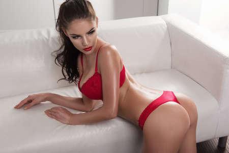 beaux seins: Femme sensuelle avec des corps mince parfaite posant en lingerie Banque d'images