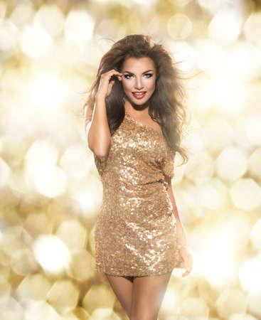 traje de gala: Mujer de la belleza en traje de oro