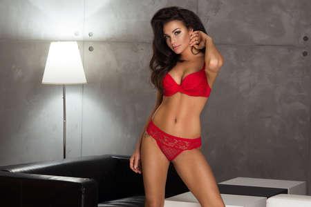 labios sensuales: Mujer morena sexy llevar ropa interior roja