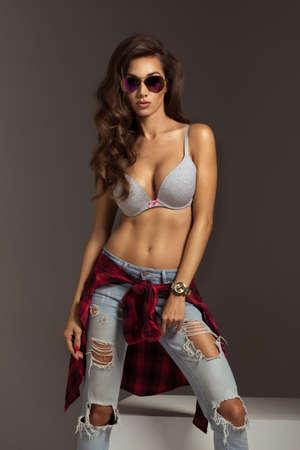 morena: Hermosa mujer de moda joven en gafas de sol Foto de archivo