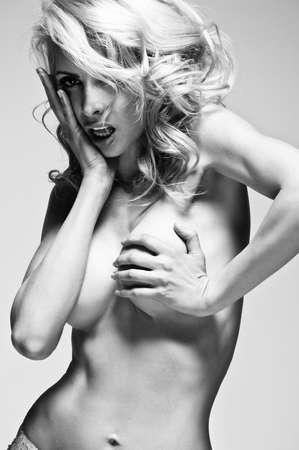 mujer sexy desnuda: Joven y bella mujer rubia desnuda